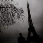La Torre Eiffel fotografata in un giorno di nebbia invernale.