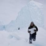 Membri della comunità Inuit prendono pezzi di ghiaccio per dissetarsi durante un viaggio.